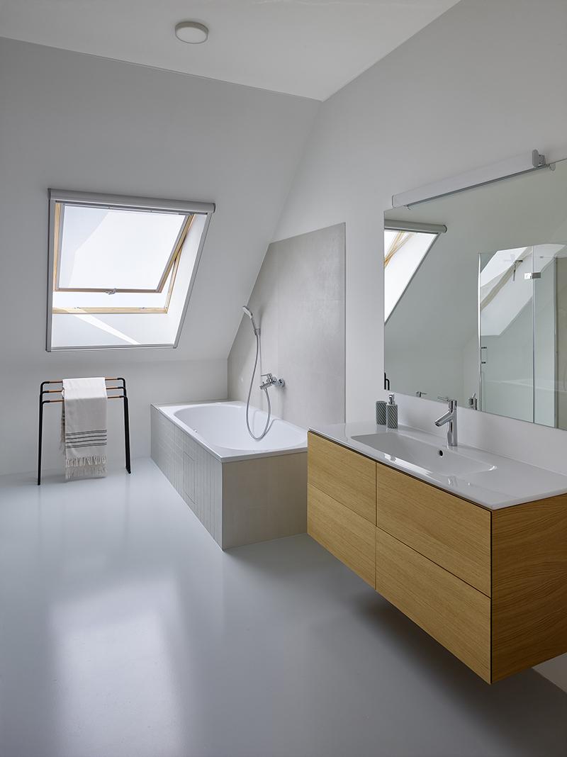 Koupelna s vanou a strešné okno