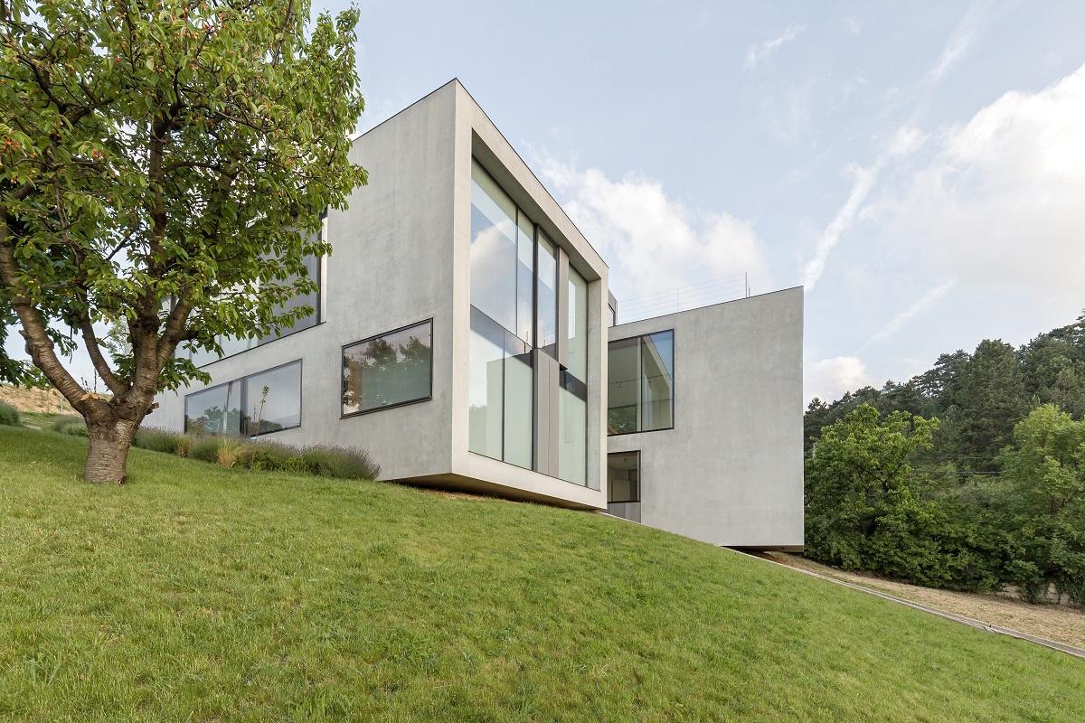 Dvoupodlažní vila v minimalistickém stylu proměňuje výhledy v krásné obrazy
