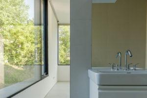 Koupelna s prosklenou částí