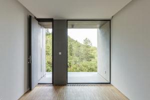Vchodové dveře do vily
