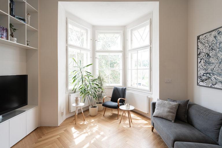 Pražský byt z dvacátého století vyniká arkýřem s velkými okny
