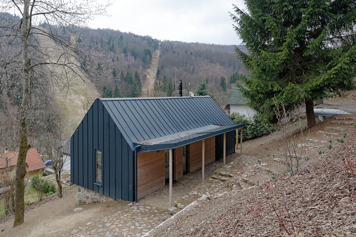 Horská chata nemusí mít dřevěnou fasádu. Co říkáte na poplastovaný plech?