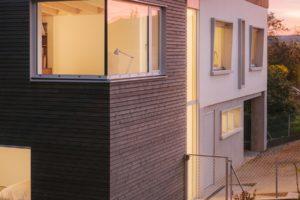 Prosklené schodiště mezi domami