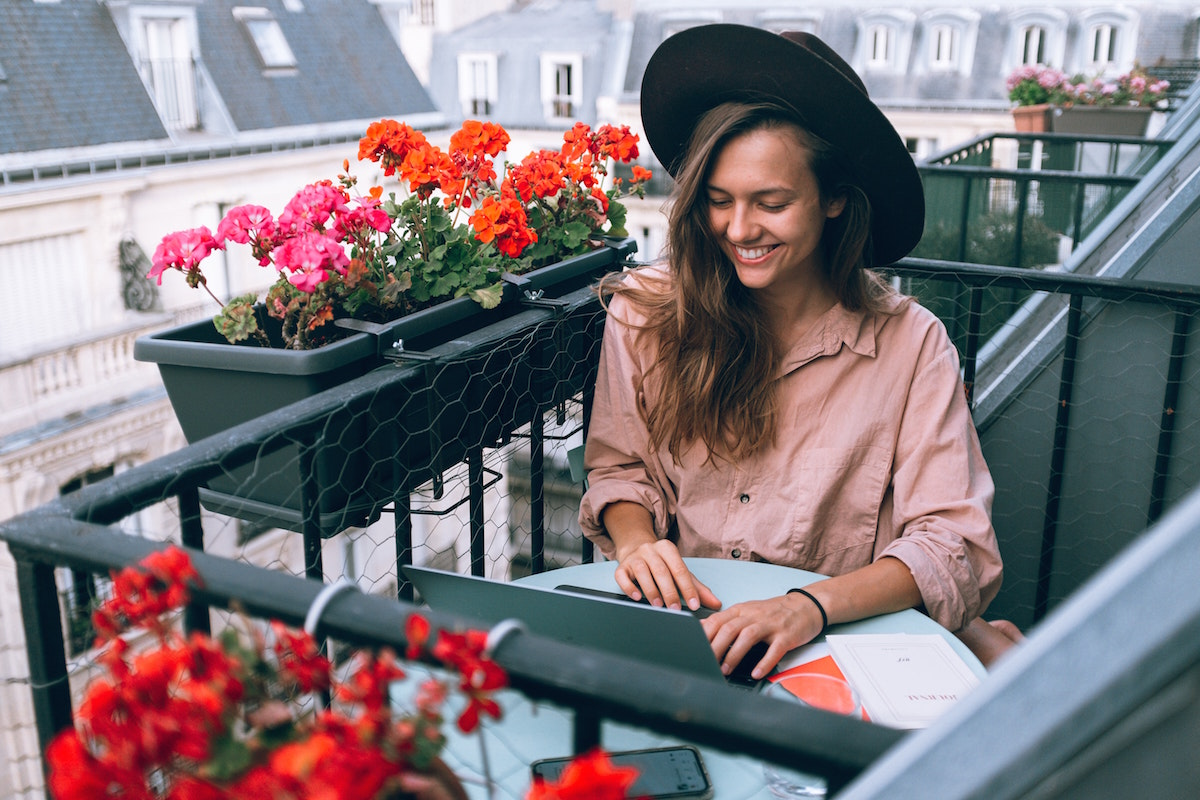 Francouzka na terase s notebookem