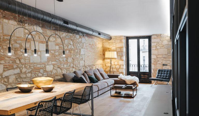 Proměna starého a tmavého bytu ve světlem rozjasněný příjemný prostor