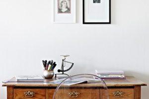 Starý stolek s moderním kreslem