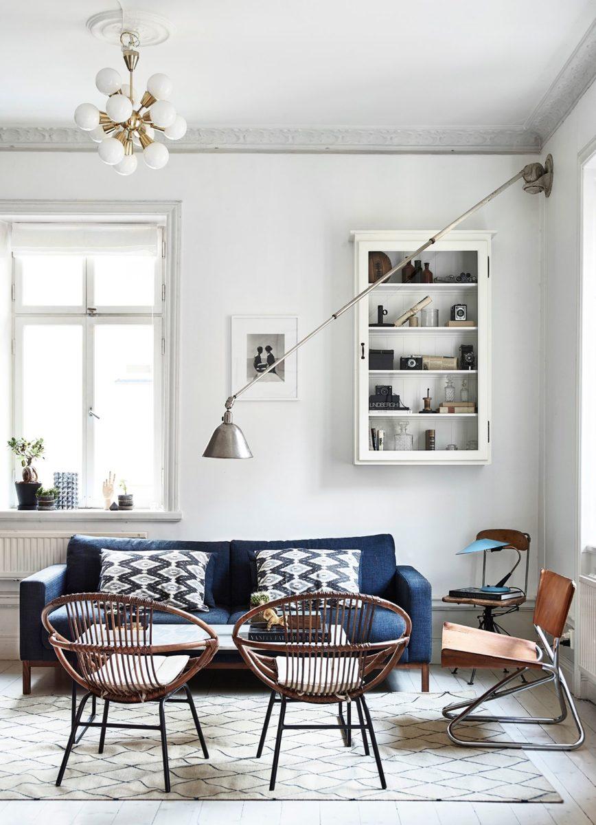 Modrá pohovka a dizajnové světlo