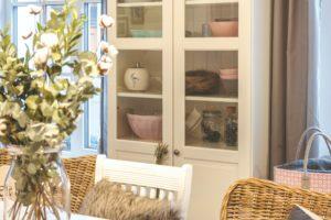 Bílá skříň v obývacím pokoji