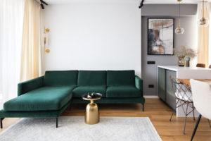 Zelený gauč v obývací části