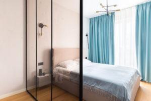 Ložnice s čalouněnou postelí