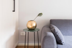Stolek s vázou v obýváku