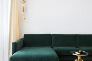 Zelený gauč v obýváku
