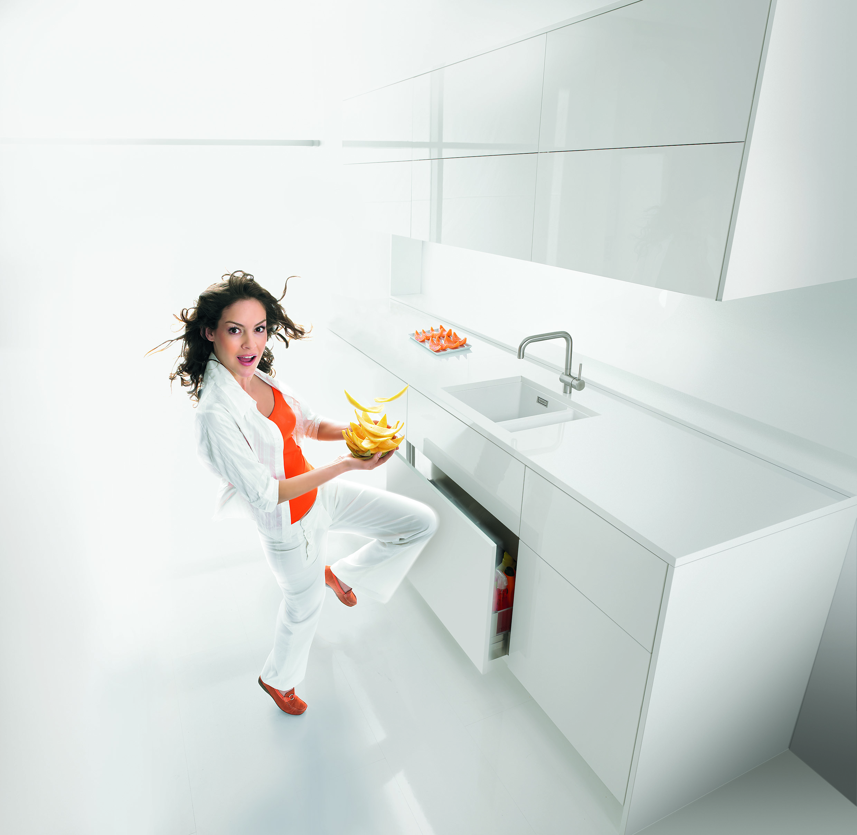 Bílá kuchyň a žena