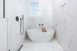 Volně stojící vana v koupelně