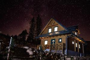 Horská chata v noci