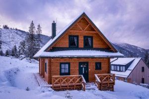Horská chata se světlehnědou lazurou