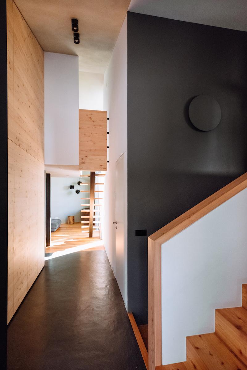 Interiéru dominuje modřínové a borovicové dřevo.