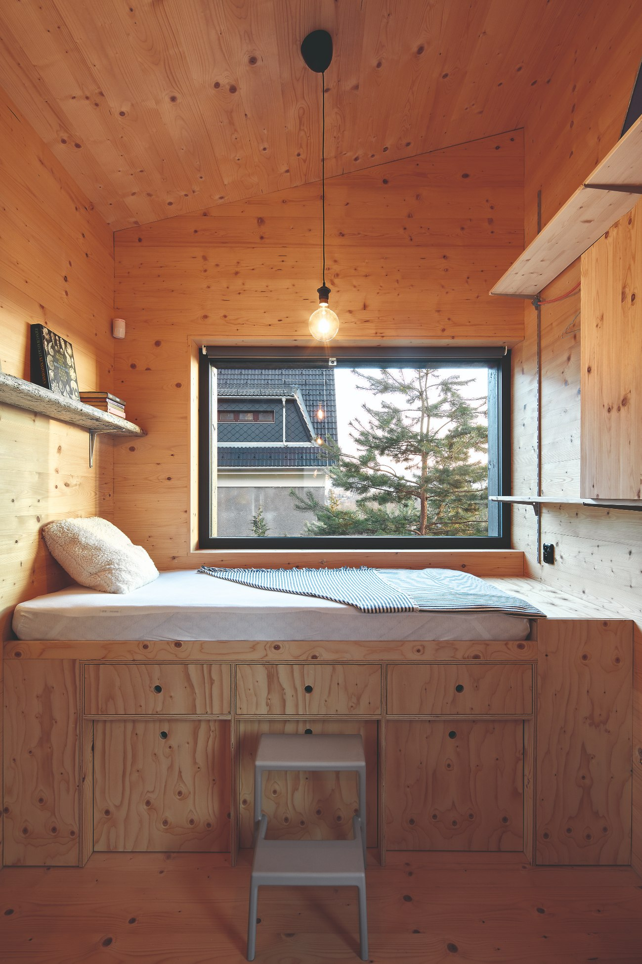 Divčí pokoj se zvýšenou postelí