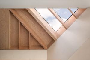 Velké trojúhelníkové střešní okno