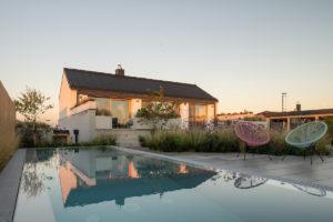 Zahrada s bazénem a terasou