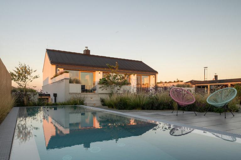 Majitelé malého svažitého pozemku nevěřili, že se na něm dá postavit i dům s atriem