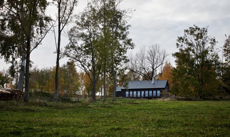 Navzdory nízkému rozpočtu a omezením CHKO se jim podařilo chatku u Vimperka úspěšně postavit