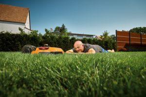 Spokojený muž na trávníku