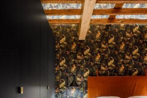 Barevná ložnice s trámy