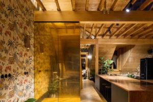 Podkrovní byt s trámy