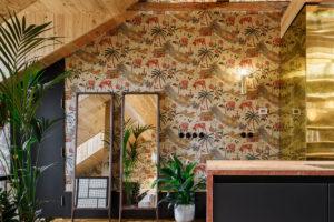 Podkrovní byt vzorované stěny
