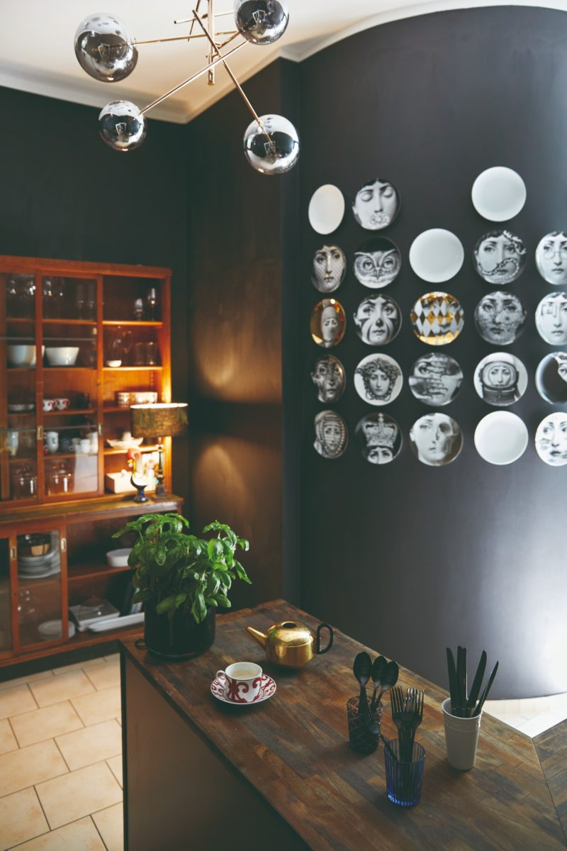 Kuchyň s talíři na steně