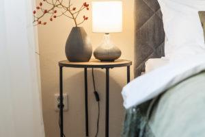 Stolek v ložnici