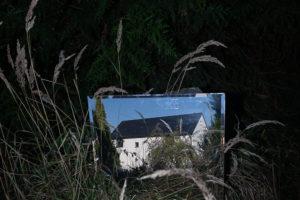 Dům skrz dvůr