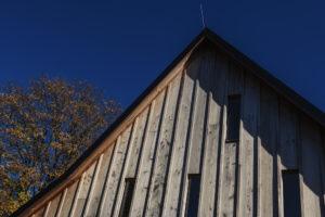 Modřínová fasáda vertikální okna