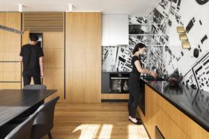 Černá a drevěná kuchyň s tapetou