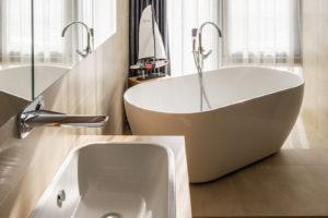 Nadčasový mezonet koupelna s vanou