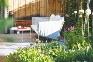 Část na terase s dizajnovým nábytkem