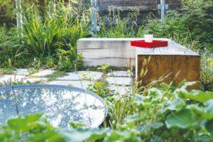 Dubová lavice v zahradě