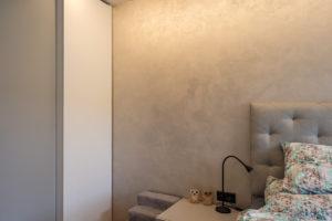 Ložnice s osvětlením
