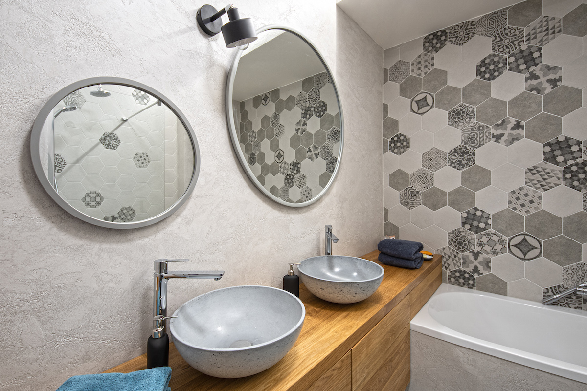 Koupelna a dlaždice ve tvaru hexagonu