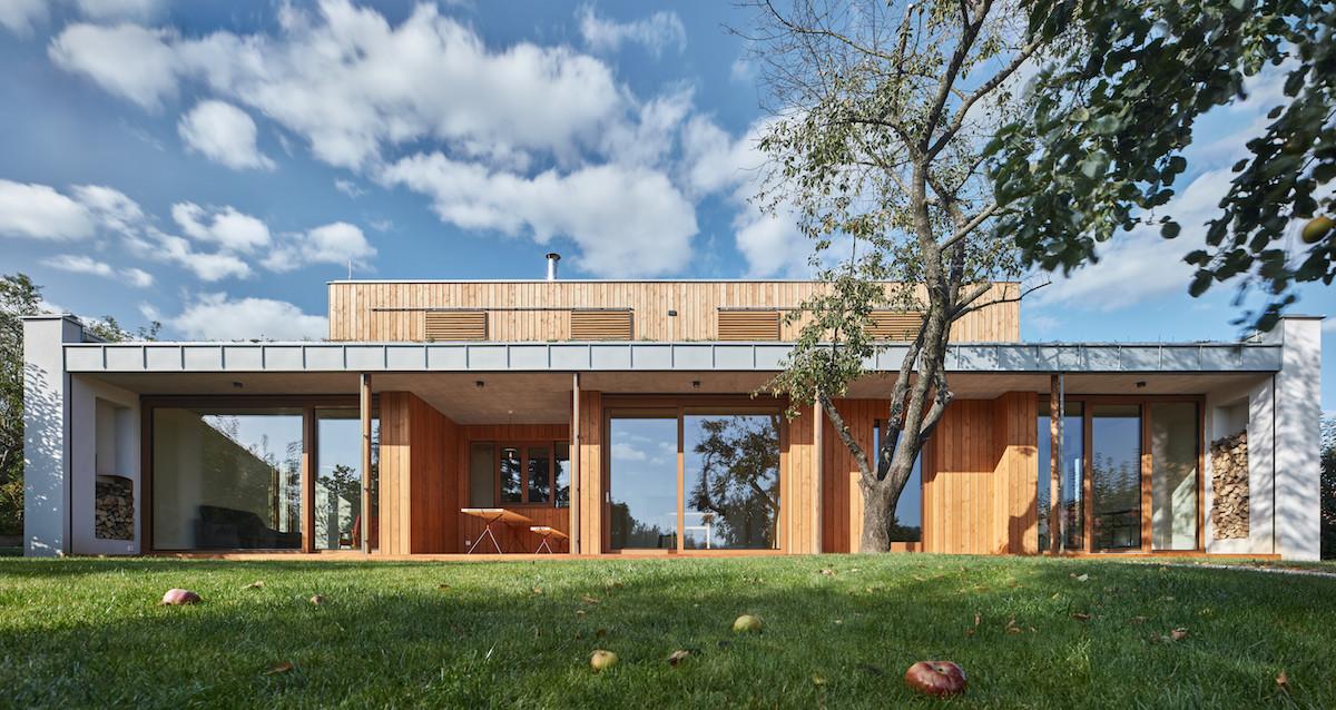 Na pozemku se starou zahradou vyrostl rodinný dům s loukou na střeše a vytápěný sluncem