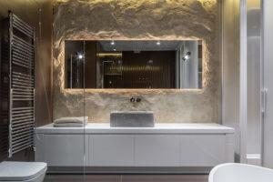 Koupelna s hlínou na steně