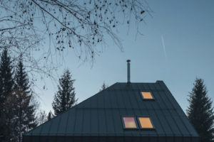 Dům se šikmou střechou a terasou
