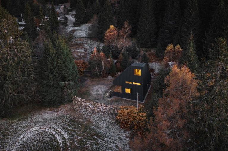 Atypická chata svým tvarem reaguje na klimatické podmínky