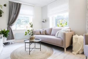 Světlá pohovka v obývacím pokoji