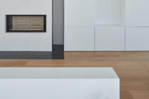 Bílé stěny a dřevěná podlaha