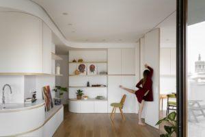 Kuchyň bílá drevěná stuha úložní