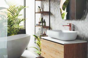 Květiny a volně stojíci vana v přírodní koupelně
