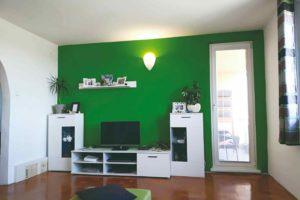 Obývací pokoj zelená stěna