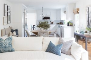 Obývací pokoj světlý s bílou pohovkou